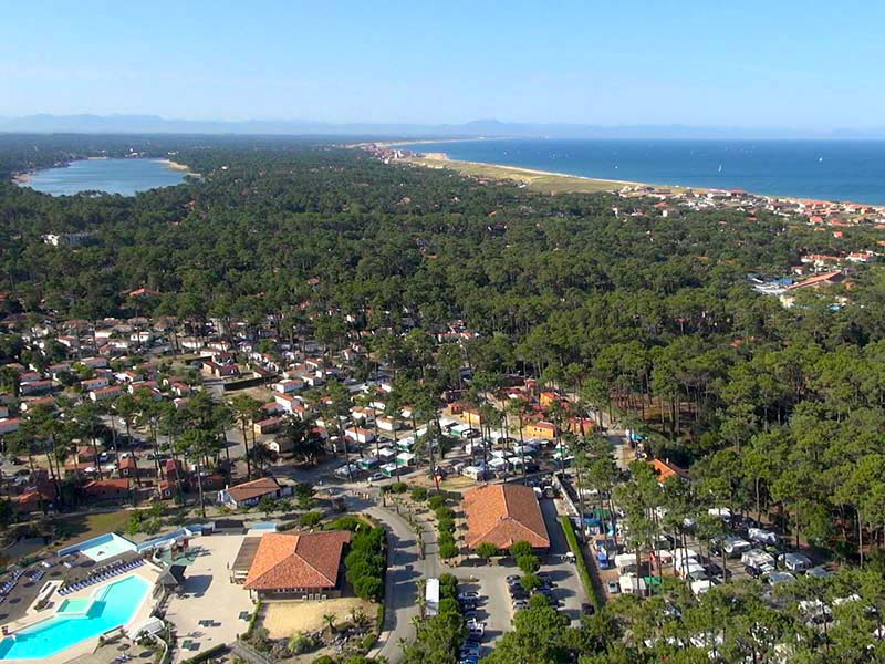 camping-natureo-vue-aerienne-foret-lac-ocean-drone